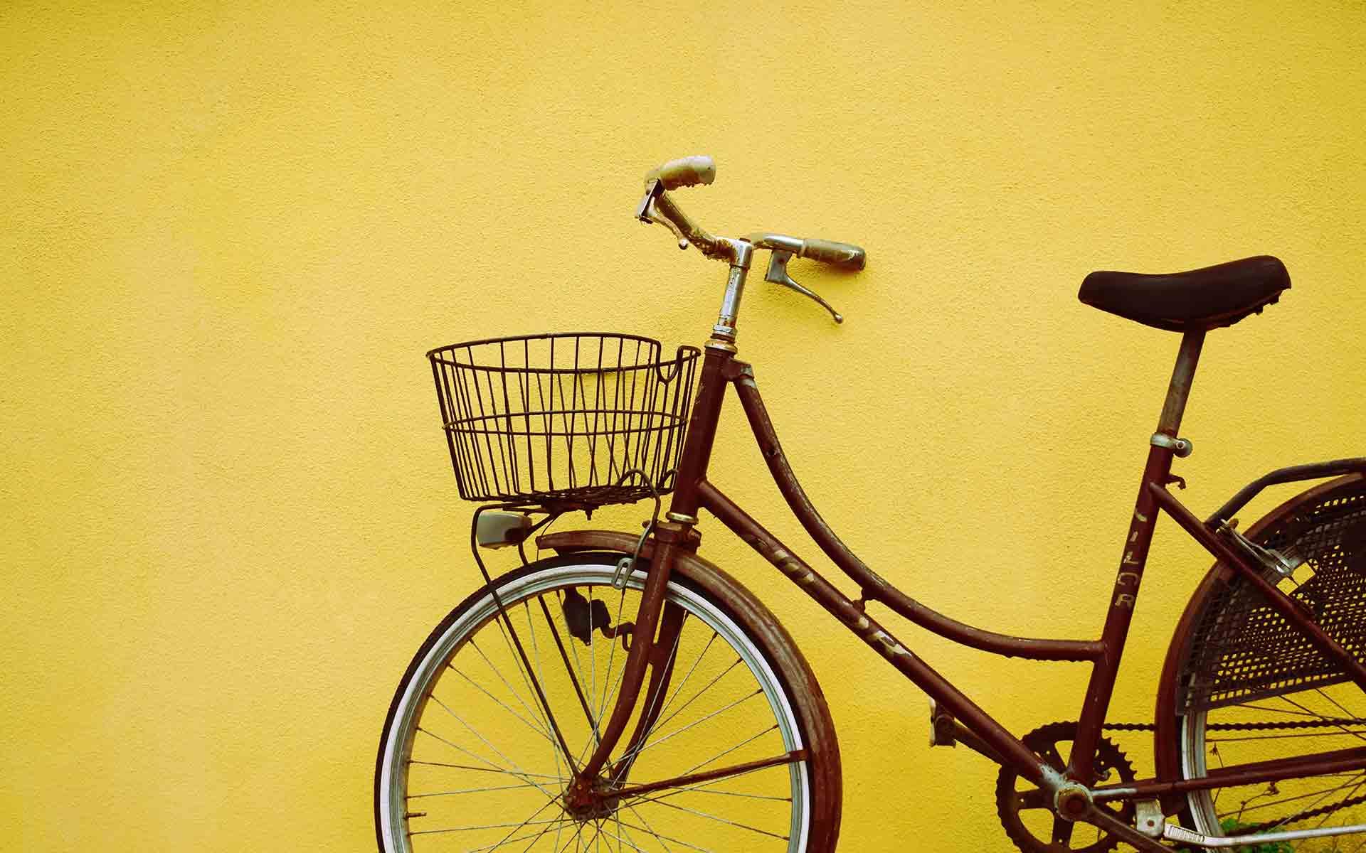 Ein Fahrrad angelehnt an einer Wand