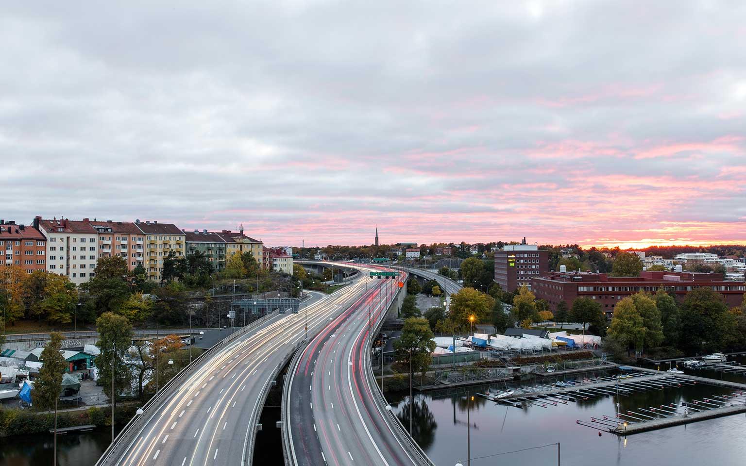 Eine Stadt mit Sonnenuntergang
