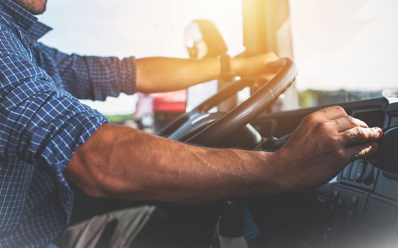 Berufskraftfahrer fährt einen LKW