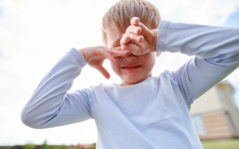 weinender Junge, 8 Jahre, Körperverletzung durch Kartoffelwurf