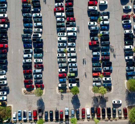 Vorfahrtsregeln auf öffentlichen Parkplätzen